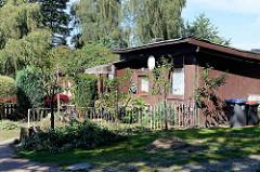 Siedlungshäuser - Behelfshäuser mit  Holzfassade und kleinem Vorgarten im Hamburger Stadtteil Farmsen-Berne.
