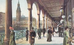 Säulengang der Alsterarkaden - Blick über die Kleine Alster zum Hamburger Rathaus. Passanten / Herren mit Spazierstock und Melone - Damen mit langen Kleidern und Hüten.