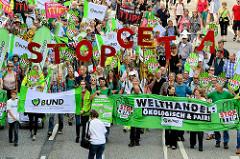 In Hamburg demonstrierten am 17.09.16 zwischen 30.000 und 65.000 Menschen  gegen die geplanten Freihandelsabkommen TTIP und CETA. Mehr als 30 Organisationen aus Norddeutschland hatten zu den Protesten aufgerufen. Bundesweit fanden zeitgleich weitere