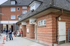 Historische Bedürfnisanstalt - Backsteinarchitektur am Lohbrügger Markt in Hamburg Lohbrügge.