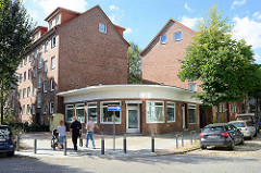 Architektur der 1960er Jahre in Hamburg Eimsbüttel, mehrstöckige Wohnhäuser - Geschäftsraum mit Flachdach und runder Fassade.