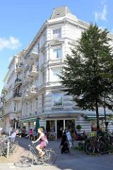 Gründerzeitgebäude, Wohnungen mit Geschäften - weisse Fassade; Architektur in Hamburg Eimsbüttel / Osterstraße.