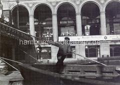 Altes Foto von den Hamburger Alsterarkaden - Schute mit Bootsführer / Ewerführer; mit einem langen Bootshaken / Peekhaken stakt der Schiffer die Schute durch die Kleine Alster.