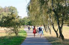 Naherholungsgebiet in Hamburg Lohbrügge - SpaziergängerInnen und RadfahrerInnen auf einem Wanderweg in der Boberger Niederung in Hamburg Lohbrügge.