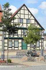 Fachwerkgebäude am Markt von Arneburg - Gänselieselbrunnen, Bildhauer Roman Manevic.