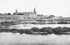 Historische Ansicht von der Kavallerie-Kaserne / ehem. Schloss in Küstrin an der Oder - im Hintergrund die Festungsanlagen.