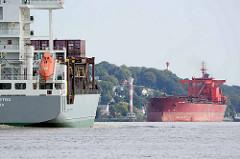 Schiffsverkehr auf der Elbe vor Hamburg Blankenese - in der Bildmitte der Leuchtturm Unterfeuer Blankenese, re. zwischen den Bäumen im Baurs Park das Oberfeuer - die beiden Leuchtfeuer bilden die Richtfeuerlinie Blankenese für elbaufwärts fahrende Sc