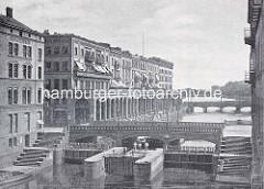 Historische Aufnahme von der Schleuse und Schleusenbrücke - Wohnhäuser und Säulengang der Alsterarkaden an der Kleinen Alster in der Hamburger Neustadt - im Hintergrund die Binnenalster.