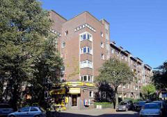 Architektur des Neuen Bauens / kubisches Wohnhaus  mit vorliegendem Laden / Terrassendach; Backsteinarchitektur in der Sentastraße.