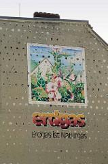 Durch den Abriss eines Gebäudes freigelegt alte Werbung an einer Hausfassade in Hamburg Bergedorf - Erdgas ist Naturgas, Fassadenmalerei - Malve /  Elisabeth Axmann.