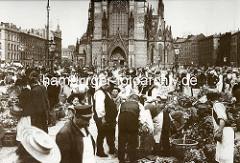 Alte Aufnahme vom Hopfenmarkt an der Nikolaikirche in der Hamburger Altstadt - MarktbesucherInnen und VerkäuferInnen; Gemüse in Körben und in Ballen zusammengeschnürt.