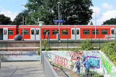 Bahnhof / Haltestelle Diebsteich; S-Bahnzug am Bahnsteig; Treppenabgang.