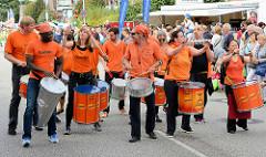 Samba Musik und Tanz beim Umzug auf dem Norderstedter Straßenfest  / Ulzburger Straße.