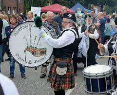 Die Hamburg Caledonian Pipes & Drums beim Strassenfest auf der Ulzburger Straße in Norderstedt.