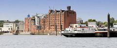 Billwerder Bucht in Hamburg Rothenbursort - historische Speichergebäude und Industrieanlagen am Ausschläger Elbdeich; Binnenschiff / Tanker am Liegeplatz.
