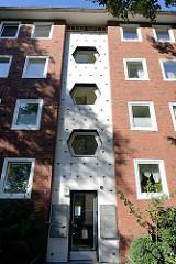 Architektur der 1960er Jahre in Hamburg Barmbek-Süd - mit weißen Fliesen / Kacheln dekorierter Treppenaufgang / oktogonale Fenster..