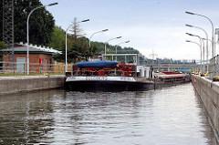 Schleuse Wusterwitz - das Binnenschiff Goldberg 04031090 liegt in der Schleusenkammer. Verbindungsschleuse vom Elbe-Havel-Kanal zum Wendsee / Plauer See und Havel.