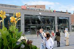 Eingang Empfangsgebäude Bahnhof Hamburg Bergedorf, erbaut 2012.