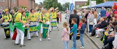 Die Gruppe Sambada Hamburg  im musikalischen Zwiegespräch mit Zuschauern bei der Strassenfest-Parade.