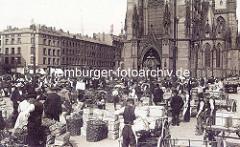 Historisches Bild vom Markgeschehen auf dem Hopfenmarkt an der Nikolaikirche; belandene Transportkarren - Körbe mit Gemüse.