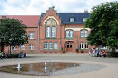 Rathaus von Genthin, Marktplatz mit Brunnen.