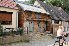 Alter Fachwerkschuppen zwischen Wohnhäusern in Arneburg.