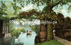 Eisenbrücke im Wörlitzer Park - altes Bild, coloriert - Ruderboot und Schwan auf dem Kanal.