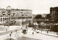 Altes Foto von der Kleinen Alster in Hamburg - Blick zu den Alsterarkaden. Ein Tankwagen / Wasserwagen mit Pferd, Pferdefuhrwerk auf der Straße - Handkarren am Straßenrand, Menschenmenge mit Straßenbahn. Schuten mit Kohleladung auf dem Alsterfleet