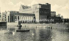 Altes Bild vom Billebad / Stadtbad in Hamburg Bergedorf; Badeanstalt an der Bille - Ruderboot auf dem Fluß. Backsteinarchitektur der 1930er Jahre in der Hansestadt Hamburg.