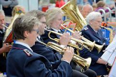 Musikzug der Freiwilligen Feuerwehr Glashütte beim Strassenfest auf der Ulzburger Straße in Norderstedt.