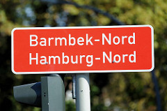 Rotes Stadtteilschild, weisse Schrift; Barmbek Nord / Hamburg Nord.