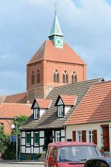 Kirchturm der romanischen Stadtkirche St. Georg in Arneburg.