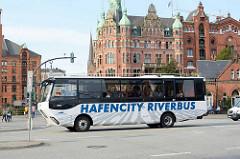 Der Hamburger HafenCity Riverbus bei seiner Rundfahrt durch die Hamburger Speicherstadt - im Hintergrund das sogen. Rathaus der Speicherstadt - Verwaltungsgebäude der HHLA.