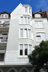 Asymetrischer Erker mit floralem Jugendstildekor - Fenster nach Süden ausgerichtet / Architekturbilder aus Hamburg Bergedorf.