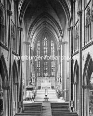 Historische Innenansicht der  Hauptkirche St. Nikolai; die Nikolaikirche hat ihren Ursprung um 1200 - ursprünglich eine Kapelle wurde sie ab Ende des 14. Jh. zu einer Hallenkirche erweitert. Beim Hamburger Brand 1842 wurde die gesamte Kirche zerst