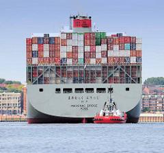 Heck mit Schlepper, der Containerfrachter Mackinac Bridge läuft aus dem Hamburger Hafen aus.