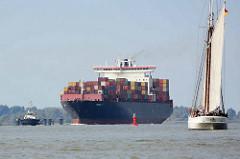 Schiffe auf der Elbe vor Hamburg Blankenese - das Containerschiff Dimitris Y läuft im Hamburger Hafen ein - re. der Lotsenschoner / Segelschiff ELBE in Fahrt.