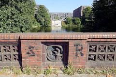 Blick von der Saarlandstraßen Brücke zum Barmbeker Stichkanal und dem Stadtparkquartier mit Treppenanlage zum Wasser. Im Vordergrund die vom ehem. Oberbaudirektor Fritz Schumacher entworfene Brücke.
