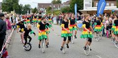 Einrad Gruppe vom Norderstedter Sportverein beim Straßenfest-Auftritt auf der Ulzburger Straße in Norderstedt