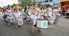 Die Sambagruppe Badauê präsentieren brasilianische Rhythmen auf dem Straßenfest.