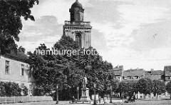 Altes Bild von der Pfarrkirche St. Marien in Küstrin; Denkmal für Johann Markgraf von Brandenburg-Küstrin auf dem  Marktplatz / Passanten