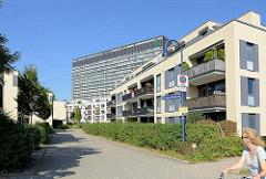 Neubauten am Quartier am Ilse Fromm Michaelis Weg, benannt nach der deutschen Komponistin und Pianistin. Im Hintergrund das Allgemeine Krankenhaus in Hamburg Othmarschen, Asklepios Klinik Altona - 1970 erbaut, Entwurf Kallmorgen & Partner.