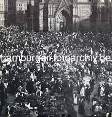 Historisches Foto vom Hopfenmarkt in der Hamburger Altstadt - dichtes Gedränge, Körbe mit Gemüse - Portal der Nikolaikirche.