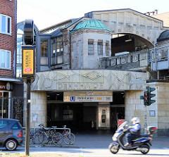Haltestelle Denhaide der U-Bahn U3 in Hamburg Barmbek  Süd; das Empfangsgebäude wurde 1930  nach dem Entwurf der Architekten Distel & Grubitz errichtet.