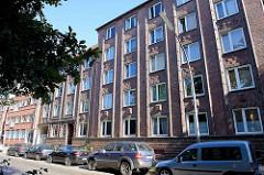 Wohnhäuser mit Backsteinfassade und Ziegel-Dekor - Architekturbilder aus Hamburg Barmbek Süd.