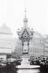 Historisches Foto vom Vierländerinbrunnen am Messberg in der Hamburger Altstadt -  Entwurf F. A. Meyer, Anfertigung der Figuren Bildhauer Engelbert Pfeiffer 1878.