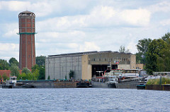Werftbetrieb am Rand vom Elbe-Havel-Kanal in Genthin; Wasserturm.