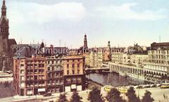 Historische Luftaufnahme von der Reesendammbrücke und der Kleinen Alster in der Hamburger Innenstadt; re. der Säulengang der Alsterarkaden - Straßenbahn, Droschken und Autobus auf der Strasse. Lks. der Turm vom Hamburger Rathaus - in der Bildmitte