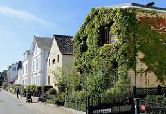 Wohnhäuser, Einzelhäuser in unterschiedlichem Architekturstil in Hamburg Nienstedten - Hausfassade dicht mit Efeu bewachsen.