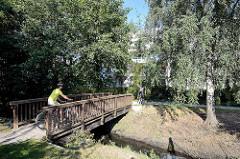 Holzbrücke über die Bille in Hamburg Bergedorf - Fahrradfahrer.